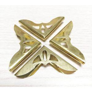 esquinera dorada ornamentada
