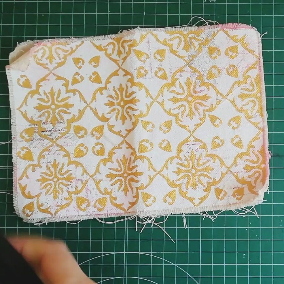Sello dorado en un fabric journal