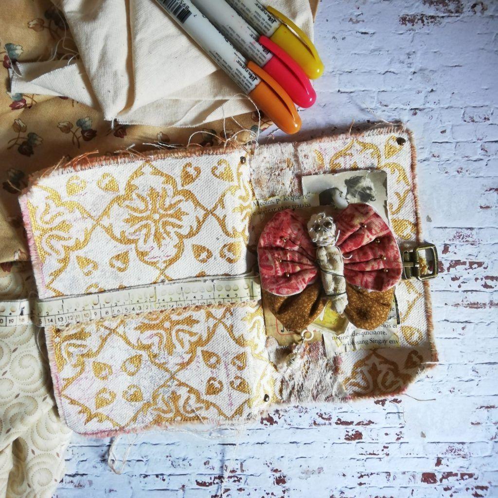 fabric journal abierto encima de la mesa