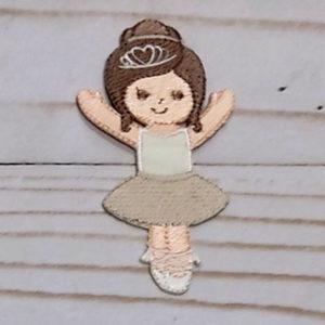 Bailarina con vestido beige
