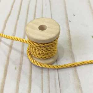 Cordón de rayón mediano amarillo con mini motitas