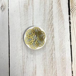 Botón blanco con detalles dorados