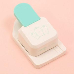 Con esta Troqueladora Tag Punch 3 en 1 podrás crear tarjetas para usar como decoración o bien para escribir en ellos mensajes.