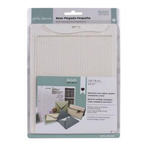 Esta Base de Plegado Pequeña de tamaño 13x17,8 centímetros (5,1/8'' x 7'') de la marca Artis Decor es ideal para crear sobres, tarjetas, invitaciones